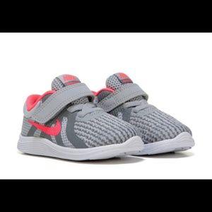 NIB Nike Revolution 4